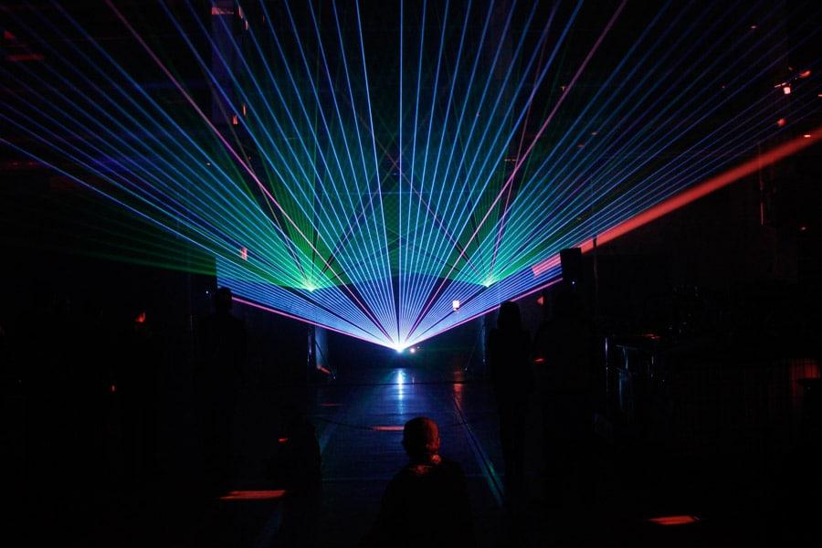 lasershow-indoor-zur-praesentation-eines-schiffsdiesels-4