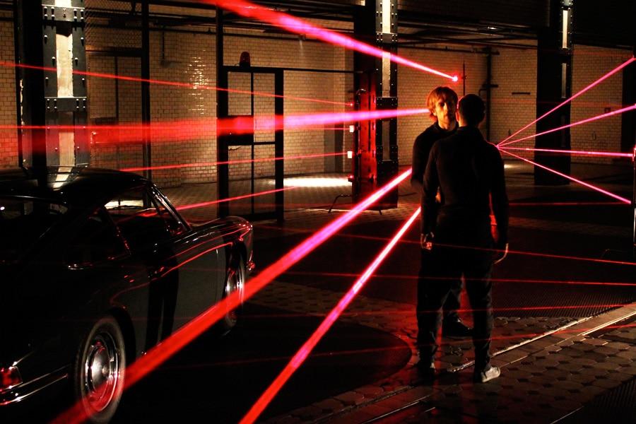 laserstrahlen-fuer-produktvideo-einbrechersequenz