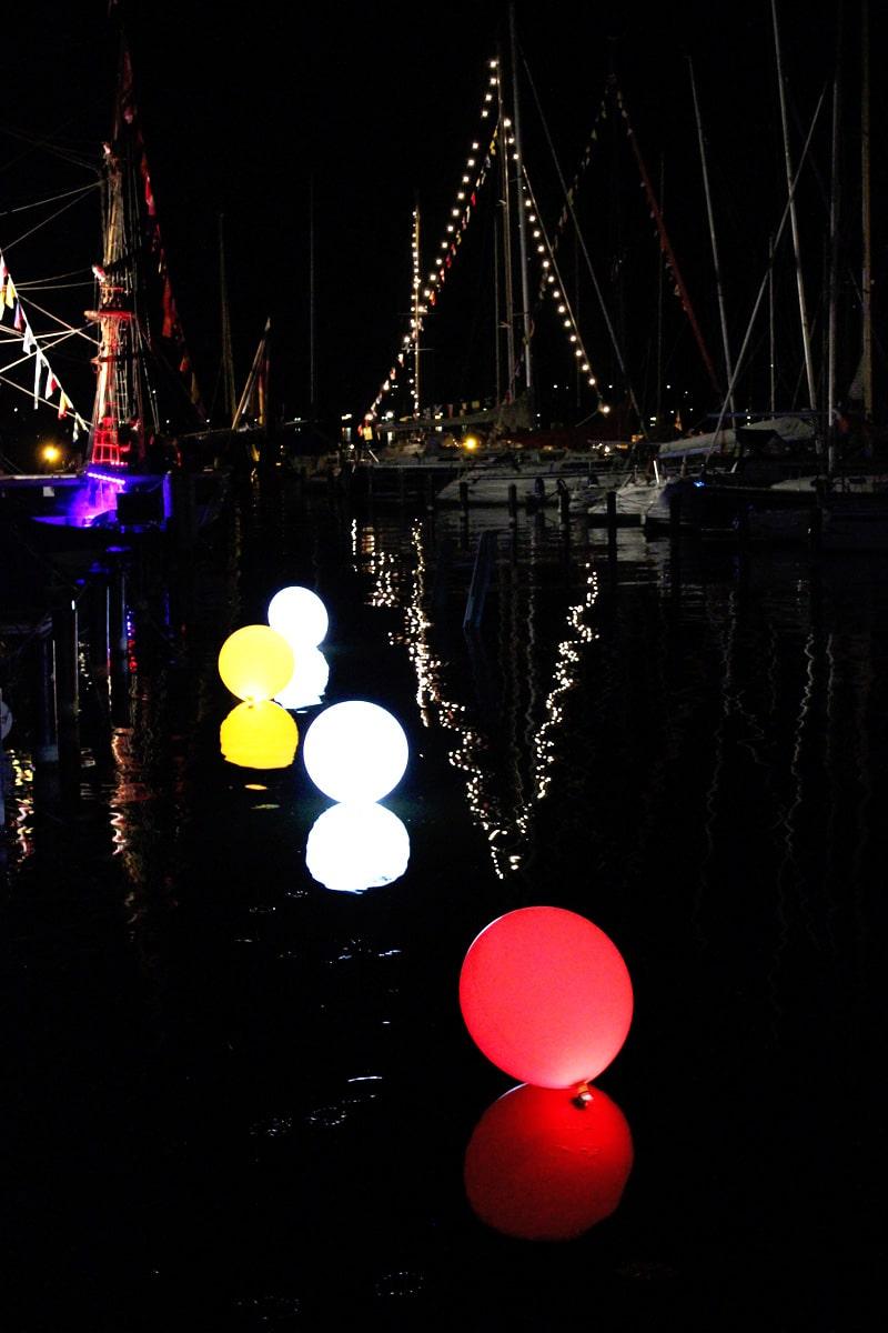 Leuchtballons-schwimmen-auf-dem-Wasser