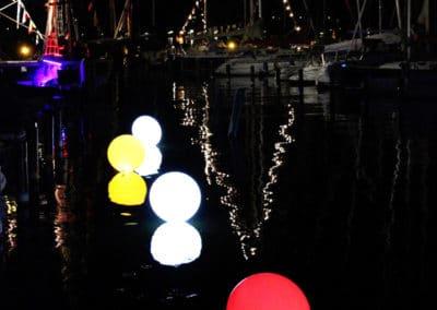 Leuchtballons befestigt auf Wasseroberfläche