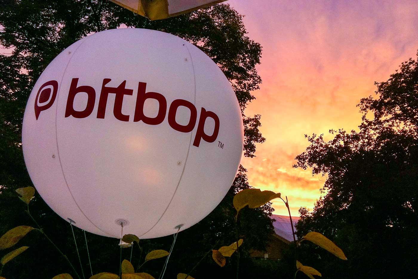 Leuchtballon 250 cm mit Logobranding vor Sonnenuntergang