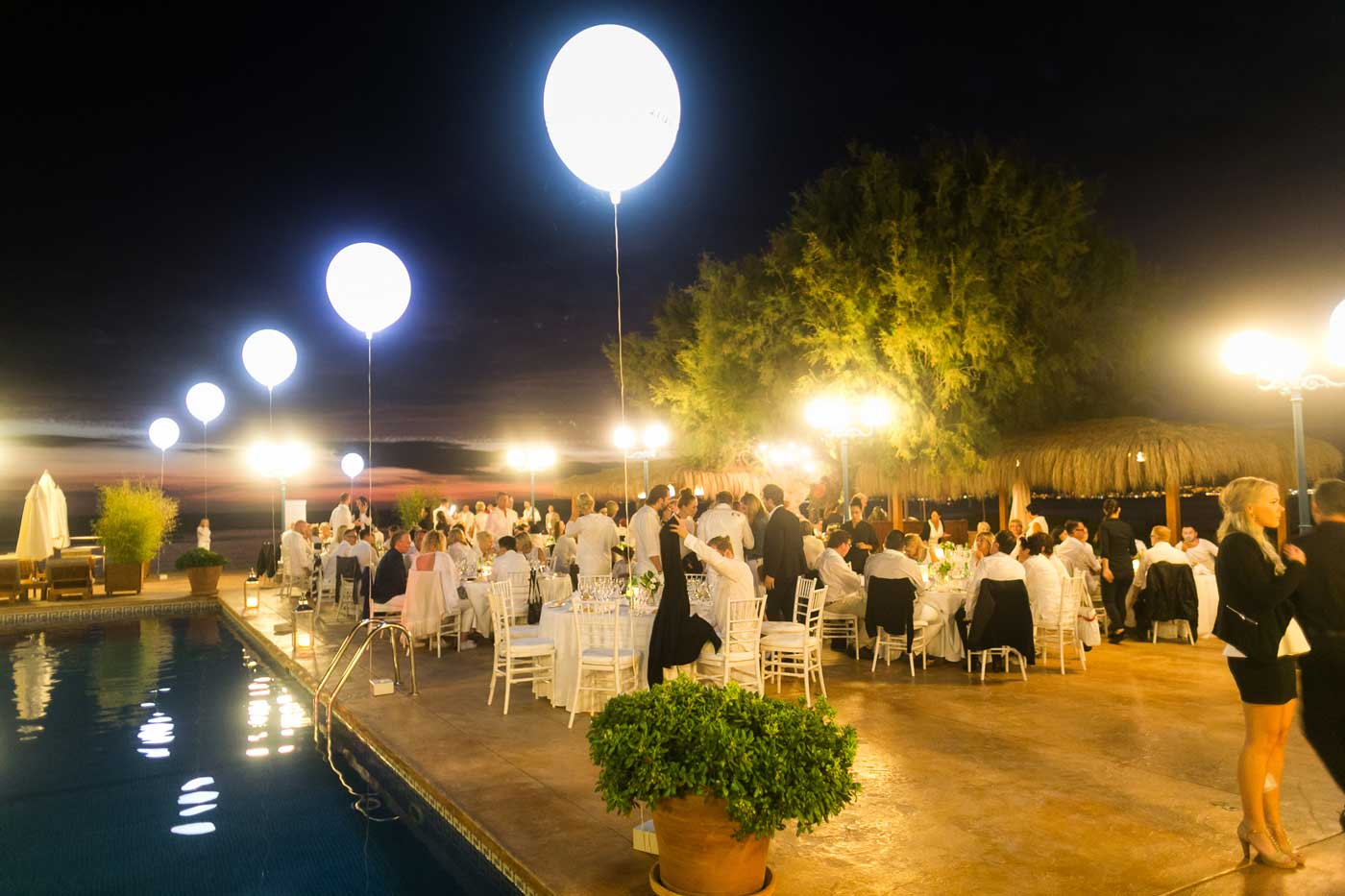 Leuchtballons zur Dekoration an Swimmingpool zum Sonnenuntergang